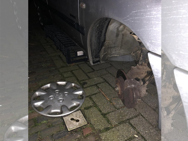 Onbekenden stelen voorwiel van geparkeerde auto