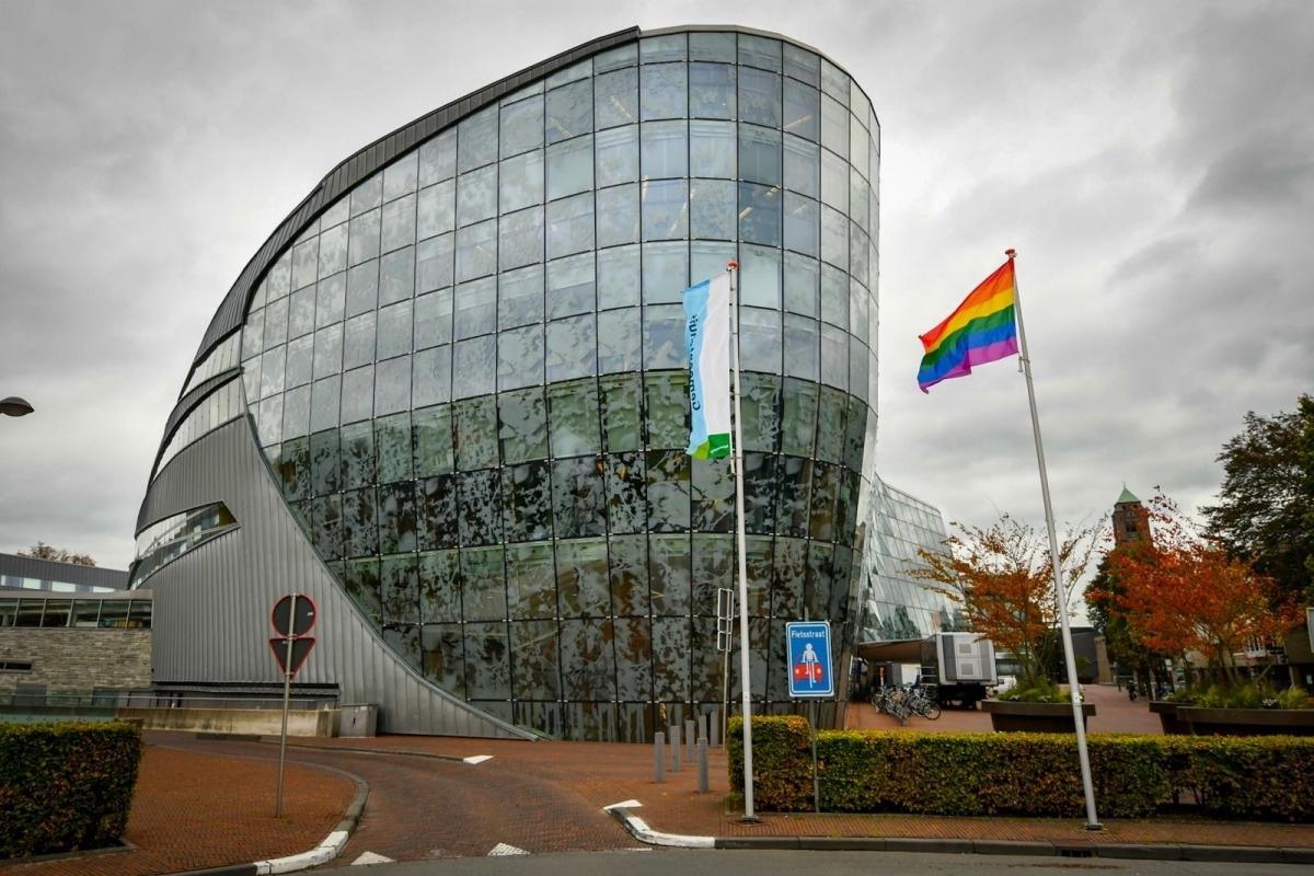 Alphense regenboogvlag gehesen op Coming Out Day