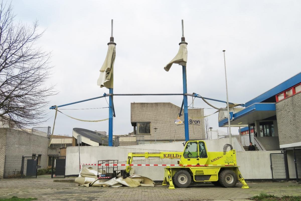 Tentdak verwijderd van winkelcentrum De Ridderhof