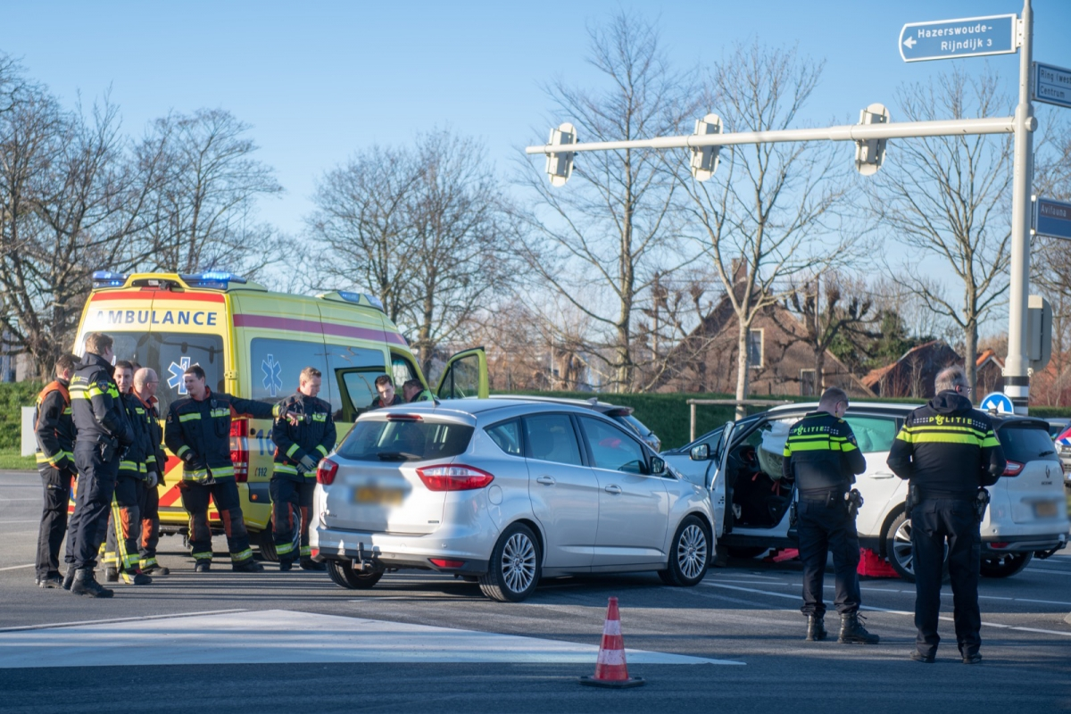 Brandweer bevrijdt beknelde automobilist uit auto