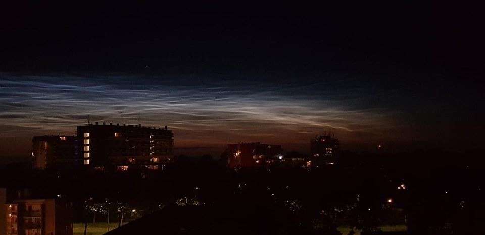 Lichtende nachtwolken zorgen voor prachtige lucht
