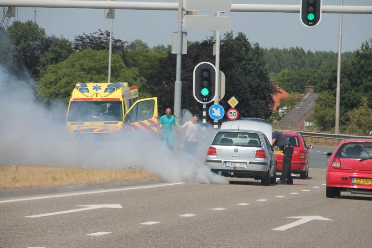 Ambulancedienst voorkomt autobrand op de N207