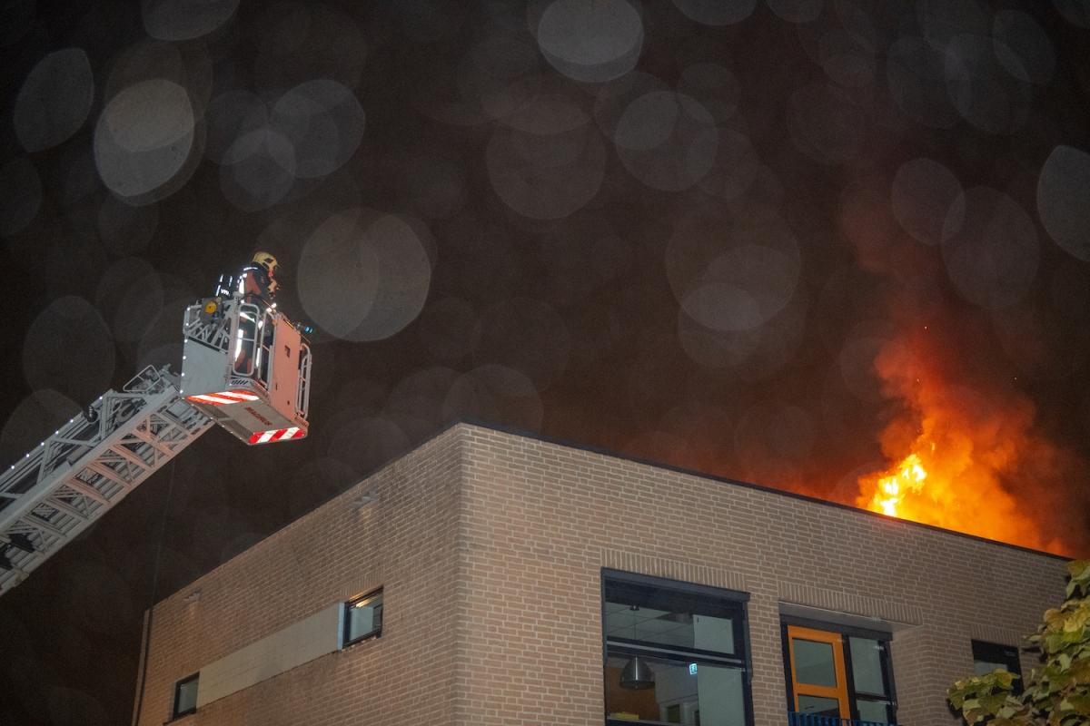 Brand op dak bij kinderdagverblijf op de Vuurlaan
